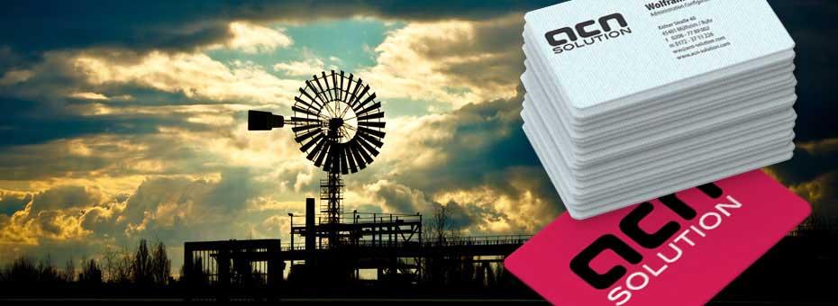 Ein Stapel Visitenkarten vor der Kulisse einer Industrieanlage in Duisburg